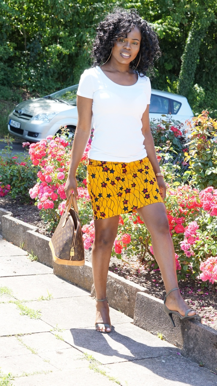 HOW TO FLAUNT HOT LEGS IN A PRINT MINISKIRTS